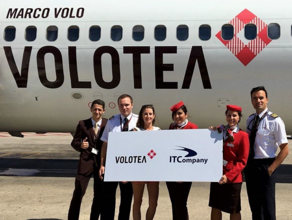 The winner 15 millionth passenger, Julie Besson, accompanied by Volotea's crew.